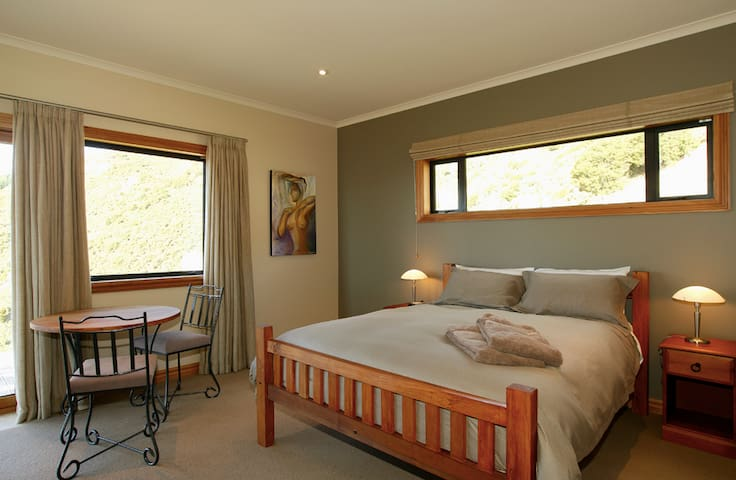 Parautane Lodge - Feijoa Suite - Todds Valley