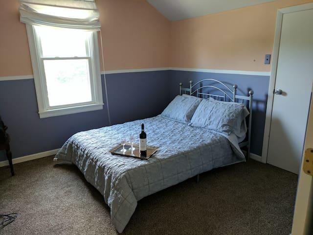 upstairs bedroom (queen)