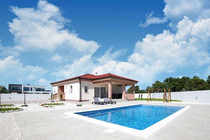 Modern Holiday Home in Zaton with Private Swimming Pool