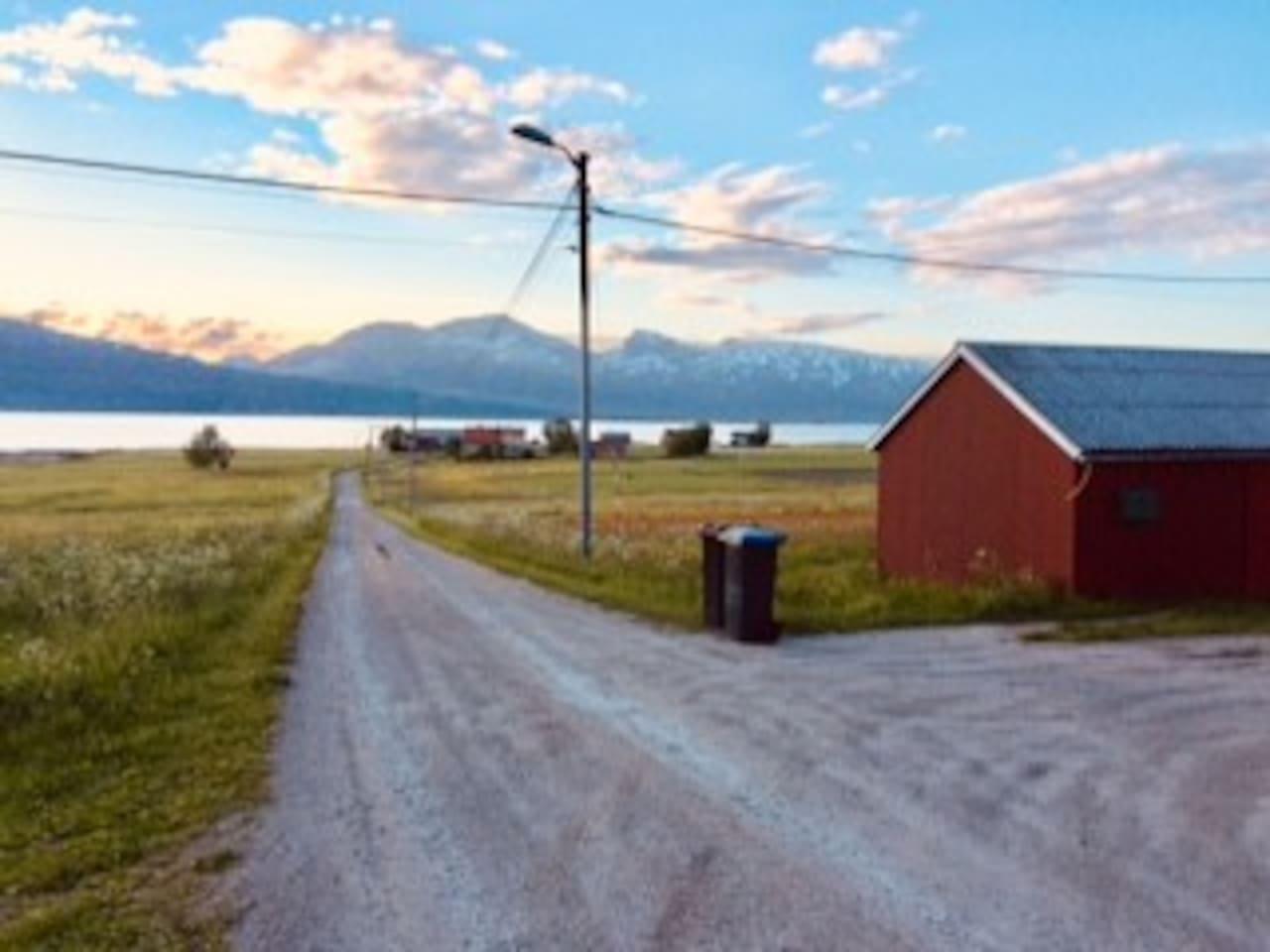 Leilighet på tidligere gårdsbruk nær sjøen.