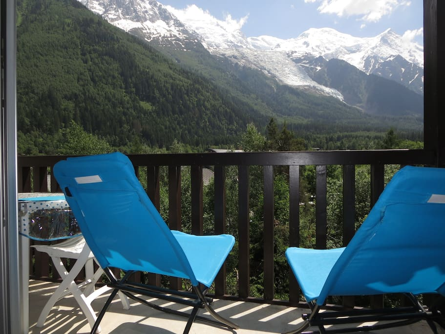 Relax on the balcony facing the Mont Blanc