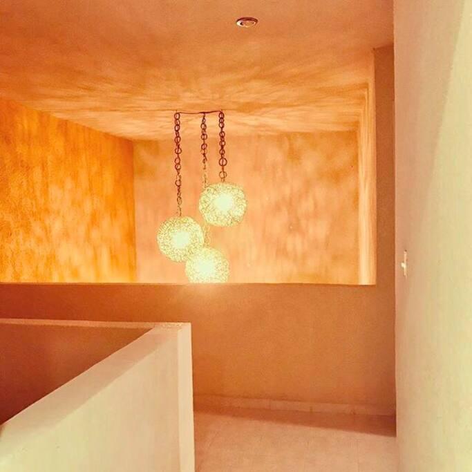 Esferas de Carrizo que iluminan la sala y el pasillo a las habitaciones.