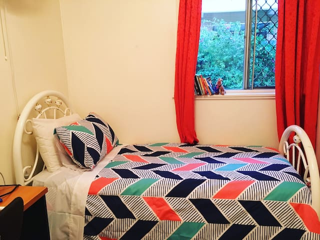 Private single room in a lovely house in Taringa - Taringa - Ev