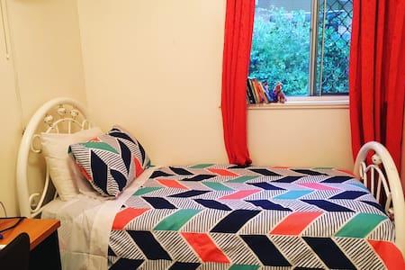 Private single room in a lovely house in Taringa - Taringa - 独立屋