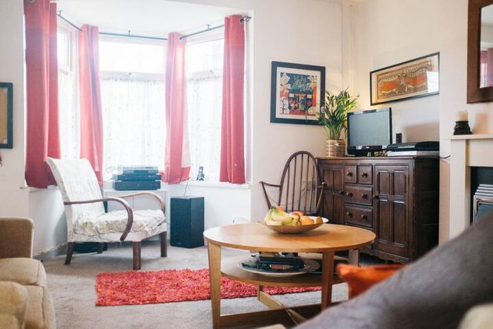 Double room in lovely Stirchley home.