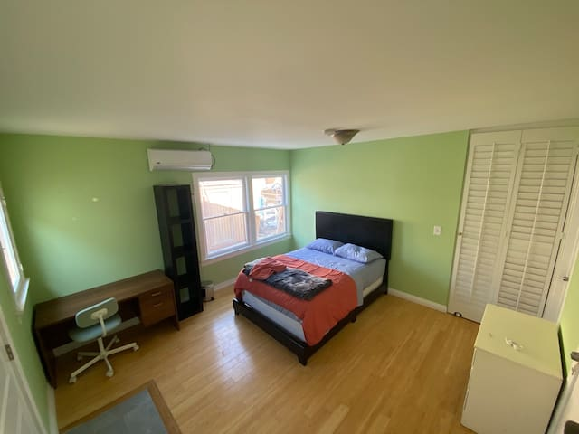 Bright, spacious room in the Heart of Hollywood