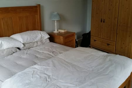 Spacious double room with ensuite - Brigstock