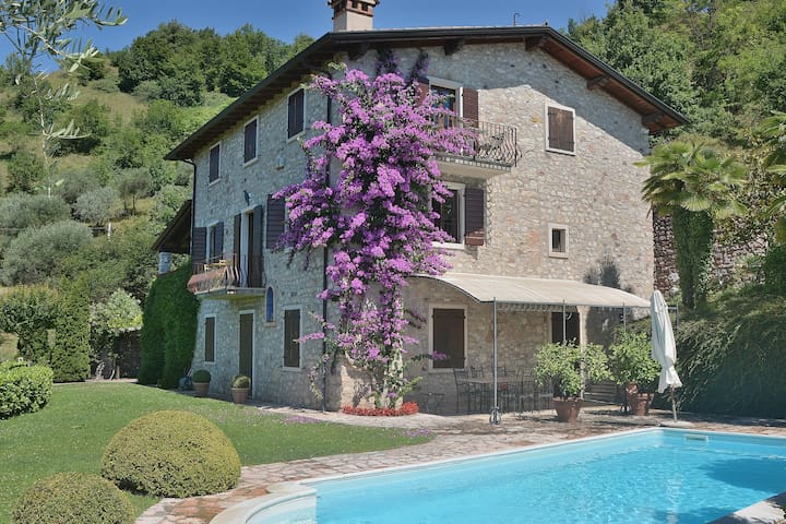 Ai Pignoi 1st Floor - 4 sleeps apartment, Pool and view -  Garda - Garda - Casa