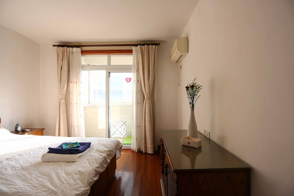 The room is equipped with many storage solutions and air-conditioning. The curtains provide good isolation from outer lights so you can sleep peacefully!