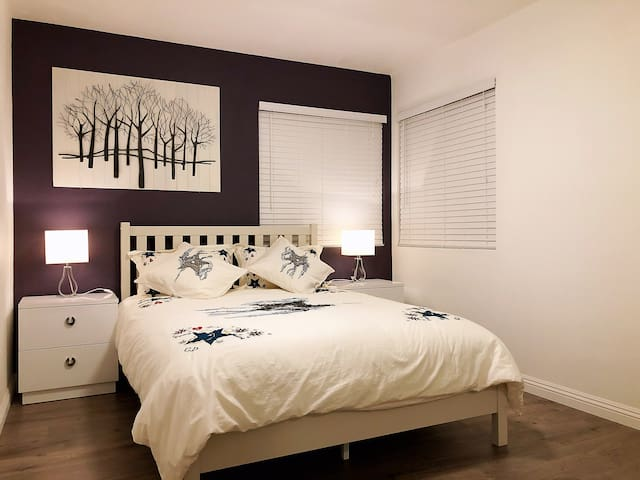 Purple queen bed room(It's very easy to reach )