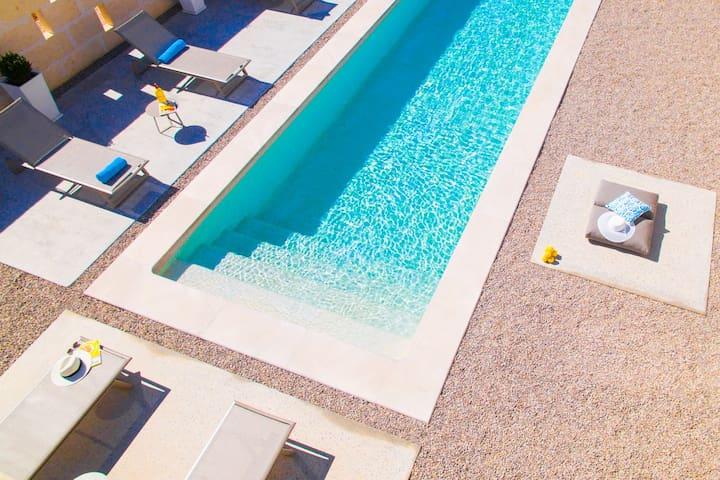 Der private Pool mit Einstiegstreppe wird mit Chlor gereinigt