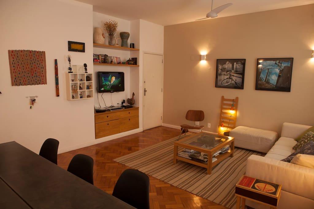 Spacious living and dinning room / Sala de estar e jantar ampla e confortável.