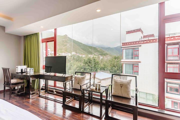 全景民宿里的落地玻璃山景双床房