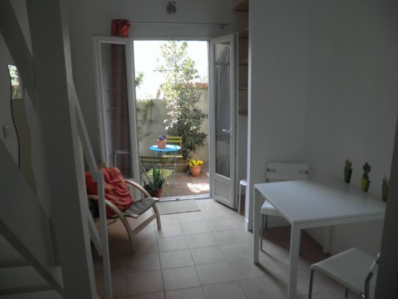 Studio refait à neuf donne sur une belle terrasse arborée et ensoleillée