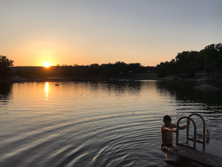 NEW!- Tranquil Family Friendly Lake house on LBJ