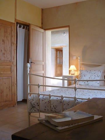chambre chambaran - Saint-Antoine-l'Abbaye - Bed & Breakfast