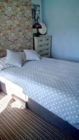 Sunny double room. Very central.
