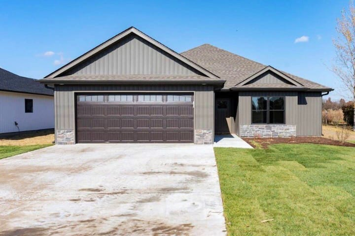 Modern Luxury⭐️-4BR- Easy access to Hwy 63