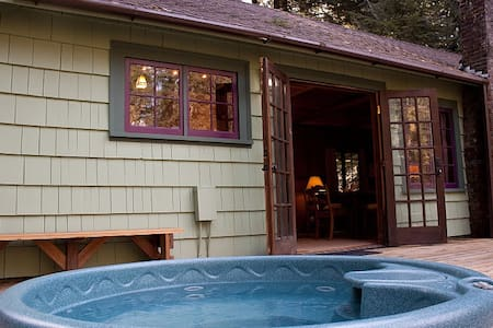 Romantic 1930's Cabin with Hot Tub - Cottage