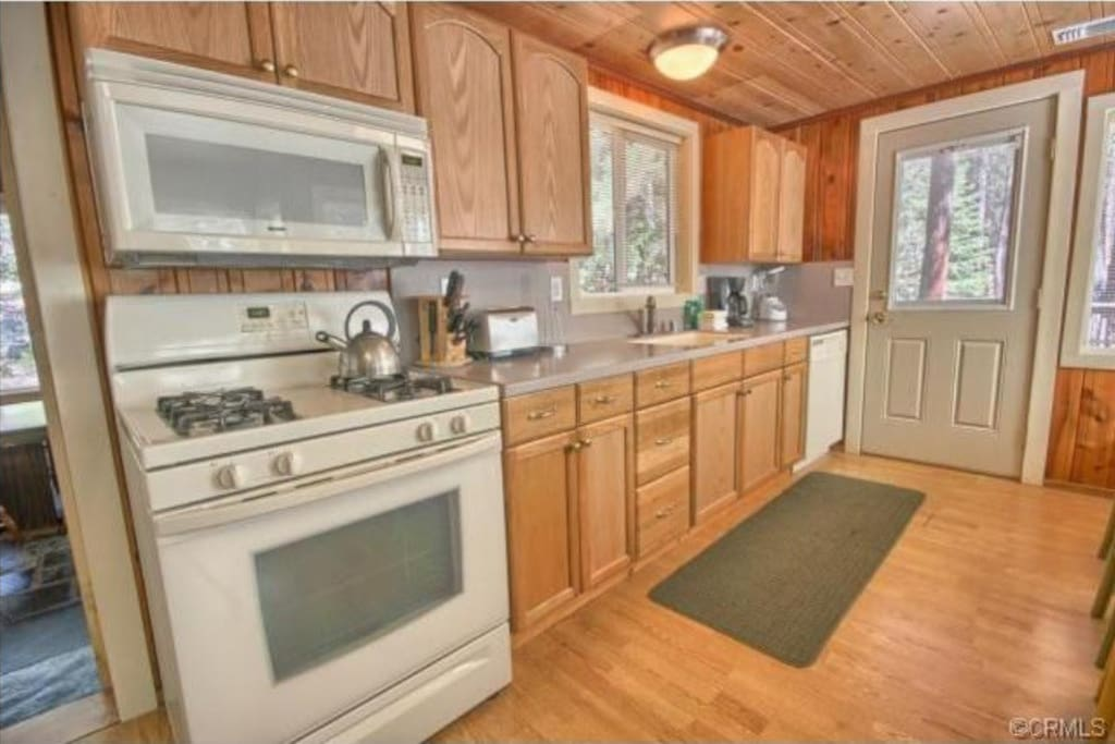 Great fully-equipped kitchen with refrigerator, gas oven/range, microwave, etc.