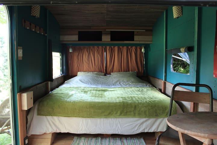 lits jumelés dans la caravane sous l'arbre