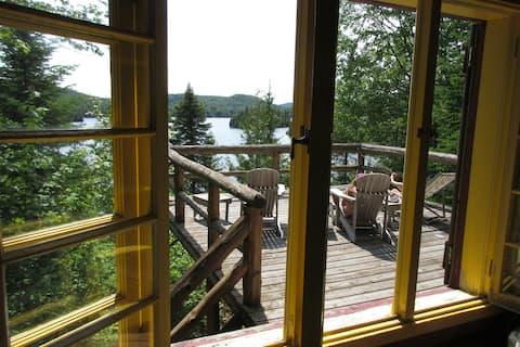 Chalet de bois rond au bord du lac