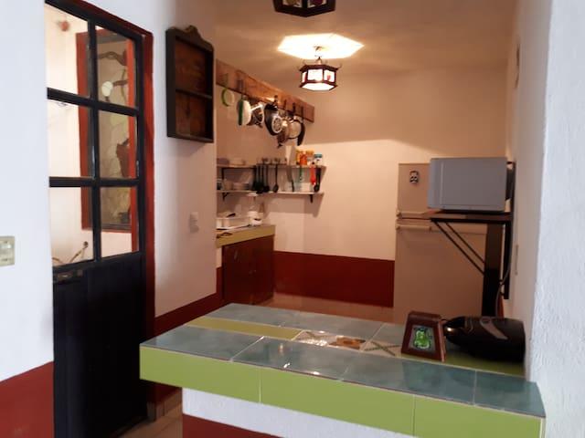 Cocina equipada con refrigerador, microondas, estufa, sandwiches, licuadora , vajilla y todo lo necesario para cocinar