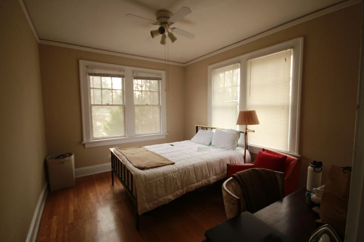 1920s Bungalow-style apartment in Downtown Decatur