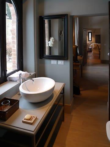 il bagno con vista sul castello/the bathroom with a view on the castle