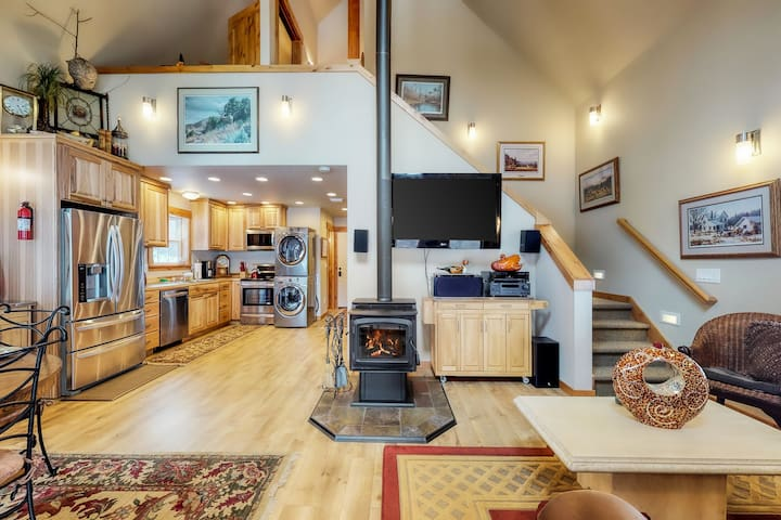 Creekside cabin on 5 acres w/ deck and hot tub, near Leavenworth - dogs OK!
