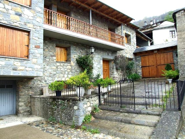 Cozy 5 bedroom house in Valle de Benasque for 10 - Sesué - Hus