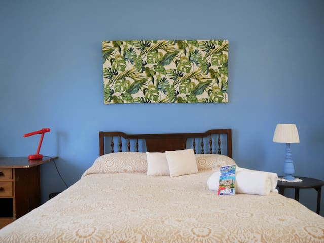 City View Retreat - Bright Blue Room