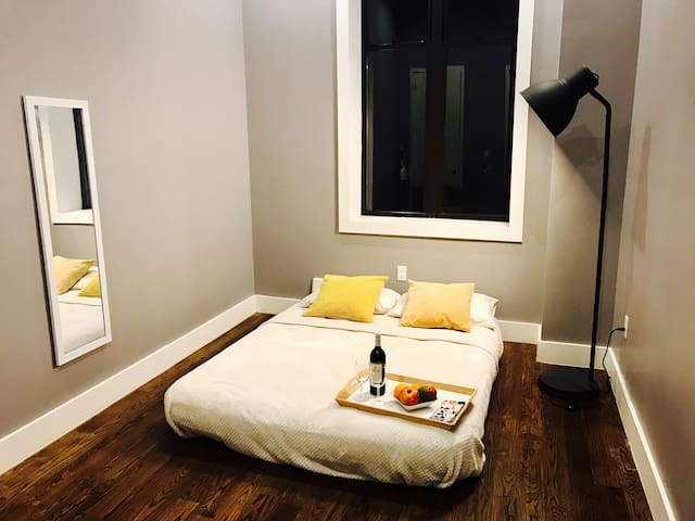 bedroom with private full bathroom - Queens - Daire