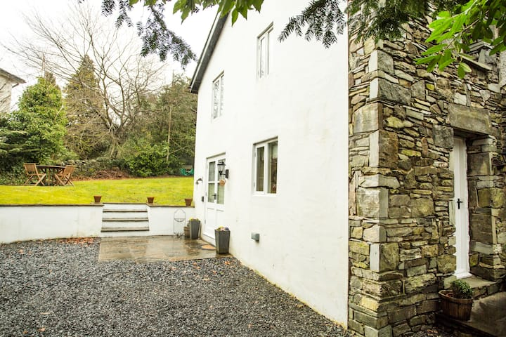 lovely cottage  bowness-windermere (self catering)