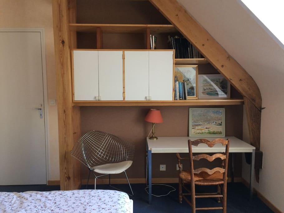 petit bureau dans la chambre située à l'étage de la maison