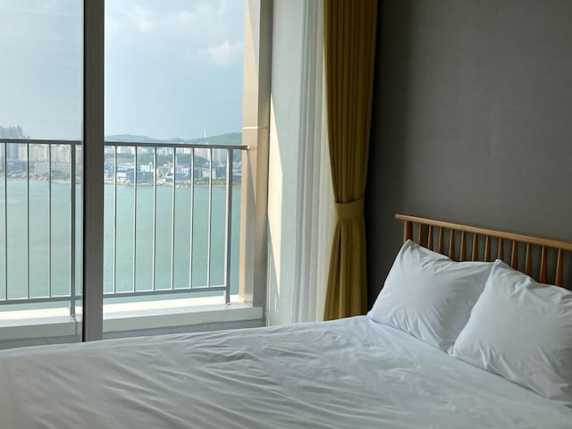 청초호의 맑고 아름다운 아침 물안개를 만날수  있습니다. 반짝이는 동해바다를 객실에서  감상해 보세요^^