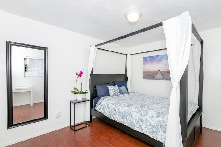 Spacious Canopy room*minutes to downtown &beaches*