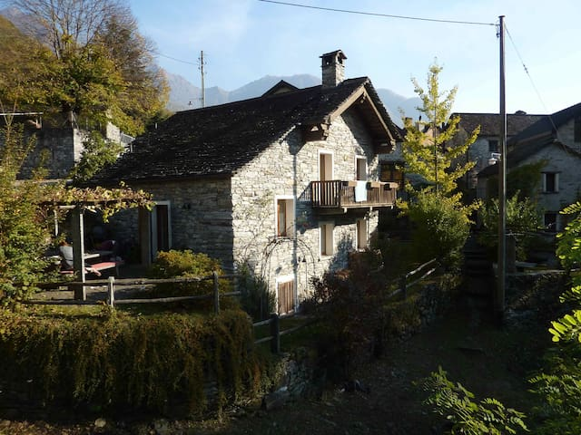 Traditional Tessin house - Moghegno - House