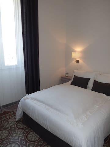 Le Faubourg chambre d'hôte 3 GR700 - Saint-Julien-les-Rosiers - ที่พักพร้อมอาหารเช้า
