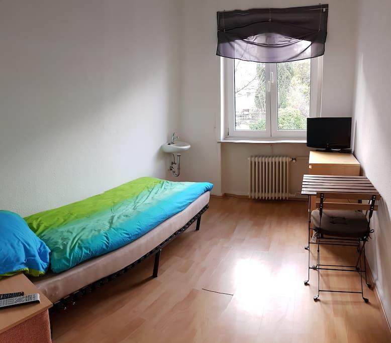 gem tliches zimmer mit wlan led tv reihenh user zur miete in wuppertal nordrhein westfalen. Black Bedroom Furniture Sets. Home Design Ideas