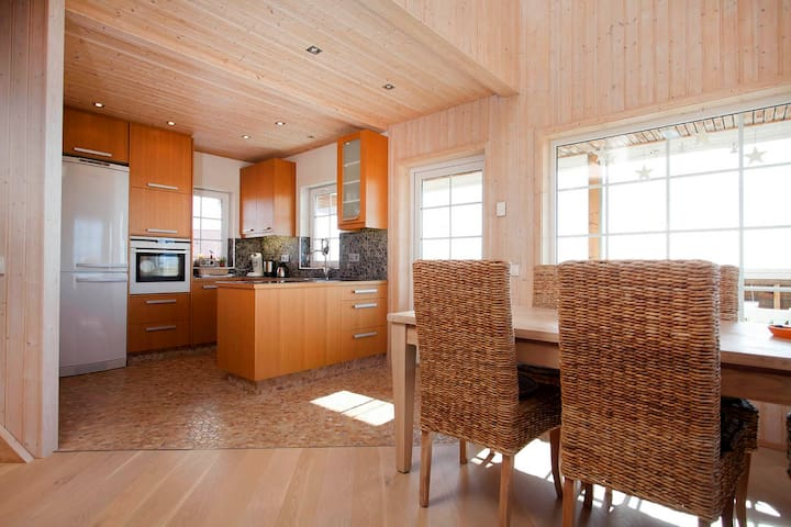Amazing cabin close to the airport with