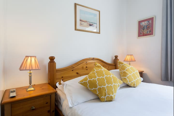 Spacious DBL Ensuite Room,5 min walk to the Beach
