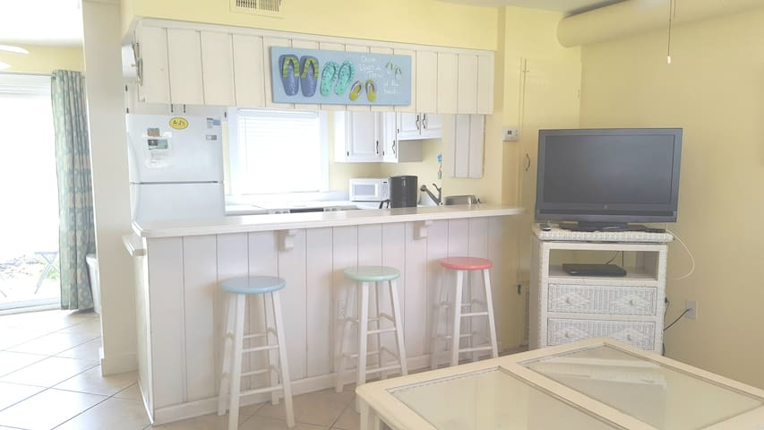 Just Beachy! Cute 1BR/1BA Condo on the South Side!