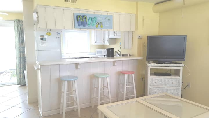 Just Beachy!  Cute 1BR/1BA Condo on South Side!