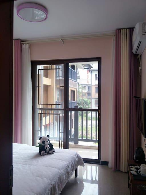 大床房,独立卫生间,空调,电视,vifi,每晚120元一间。想了解更多,请致电15196422978