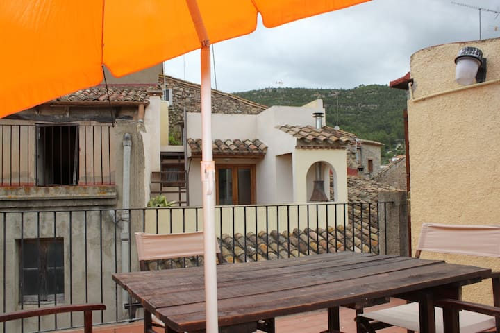 Can Moletes, village house with views in Pratdip
