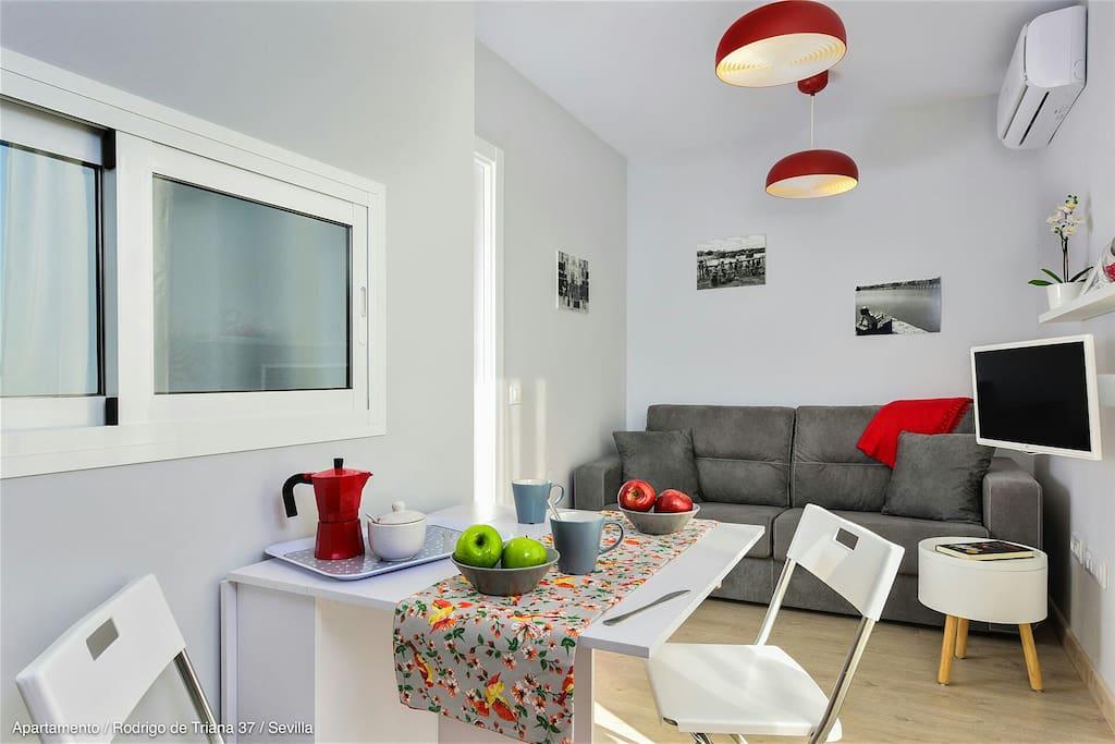 Sala de estar con mesa abatible