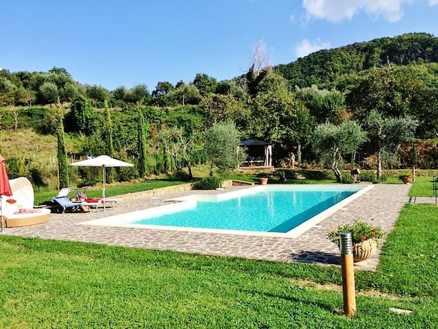 Tuscan villa with large pool - Montelaterone - House