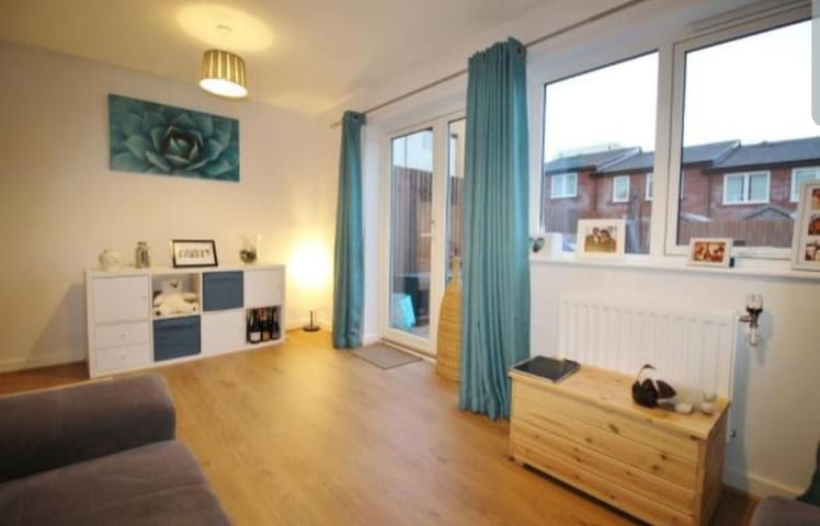 Lush 2 bed house above Marina. Long term available