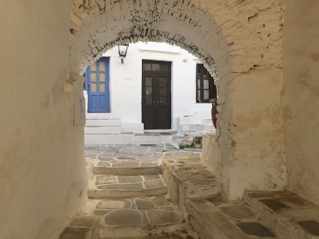 Ancient village house  by the sea - Kastro - Ev